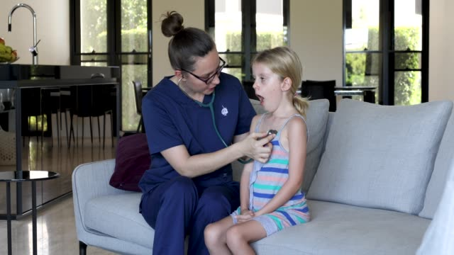 nach hause krankenschwester brustkorb des kindes anhören - hausbesuch stock-videos und b-roll-filmmaterial