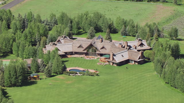 vidéos et rushes de cu aerial zo home of arnold schwarzenegger and pull out to reveal neighbors at sun valley / idaho, united states - arnold schwarzenegger