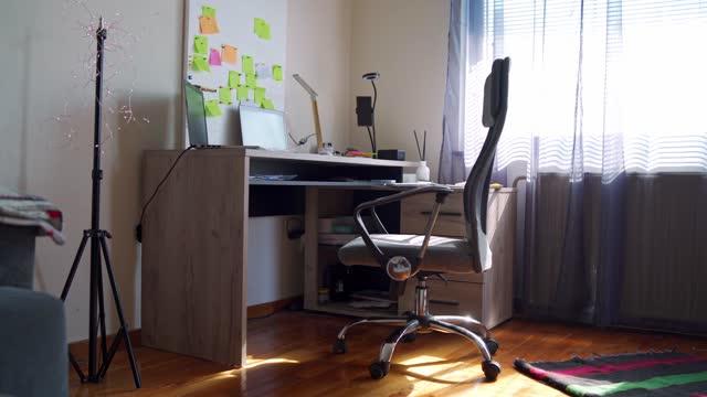 vídeos de stock, filmes e b-roll de home office criado - cadeira de escritório