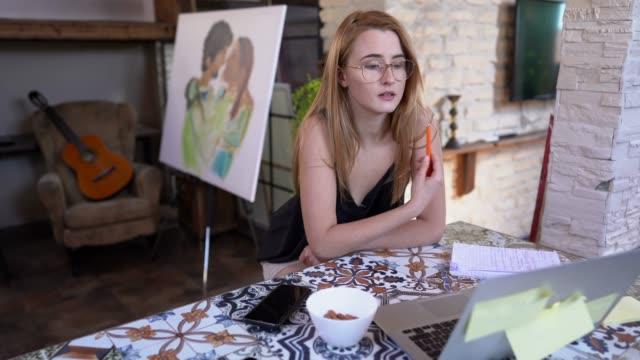 vídeos de stock, filmes e b-roll de conferência de vídeo do home office - trabalhadora de colarinho branco
