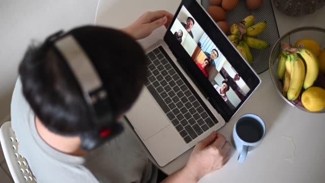 vídeos y material grabado en eventos de stock de videoconferencia de home office con ropa casual con computadora portátil - evento virtual