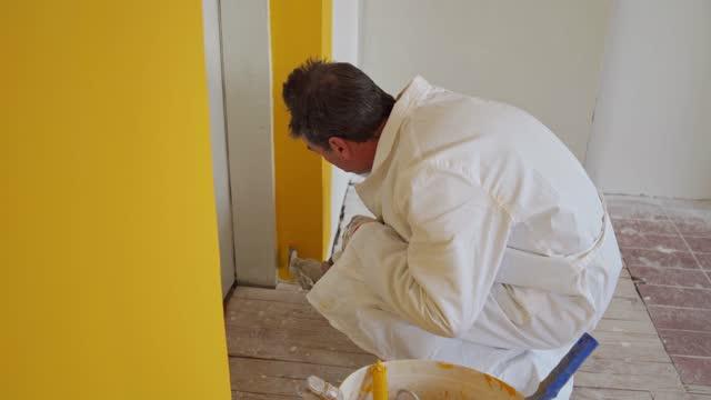 家の改装 - 中年の男性一人点の映像素材/bロール