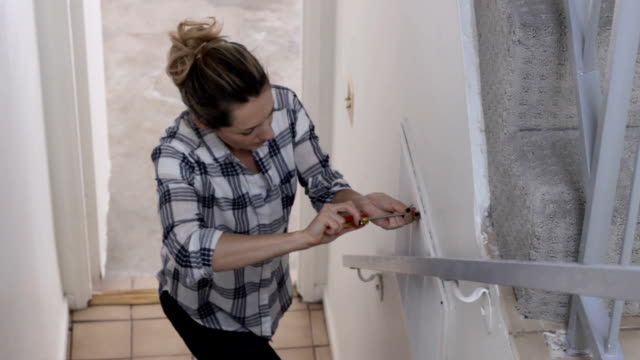 stockvideo's en b-roll-footage met diy huisreparaties - doe het zelven