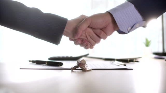 vídeos de stock, filmes e b-roll de agentes de vendas domésticas e compradores trabalham no handshake - sacudindo