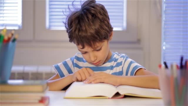 home ausbildung - schulkind nur jungen stock-videos und b-roll-filmmaterial