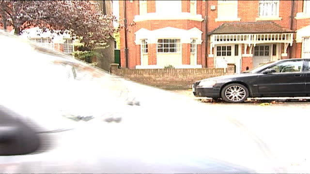 vidéos et rushes de home secretary announces limits on number of romanians and bulgarians who can work in uk england london ext general view of street as taxi along with... - arrêt sur image