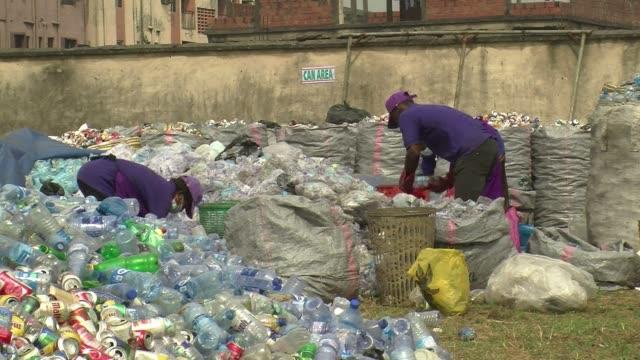 stockvideo's en b-roll-footage met home to over 20 million people nigeria's biggest city lagos produces 10000 tonnes of waste every day a lot of which piles up on the busy streets or... - initiatief