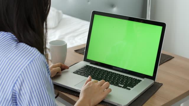 vídeos de stock e filmes b-roll de home using computer ,green screen - sobre os ombros vista traseira