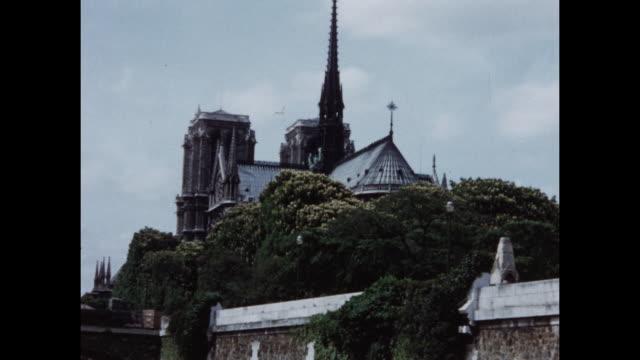 vidéos et rushes de home video footage of a river cruise and general views of paris including bridges along the river seine and notre dame circa 1958. - temps réel