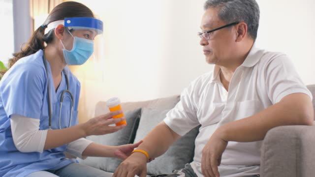 hausbesuch während des pandemievirus - inneres organ eines menschen stock-videos und b-roll-filmmaterial