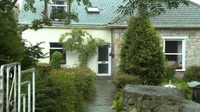 vídeos y material grabado en eventos de stock de home with shrubs and bushes - puerta estructura creada por el hombre