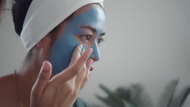 ホーム wpa 女性女性顔のマスクを適用 - フェイスパック点の映像素材/bロール