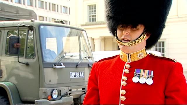 homecoming parades / four british soldiers killed in road accident in helmand; homecoming parades / four british soldiers killed in road accident in... - major road点の映像素材/bロール