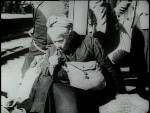 vídeos de stock, filmes e b-roll de homeless german refugees live on the streets of germany and crowd onto a passenger train which will take them out of germany - 1945