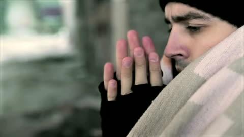 vidéos et rushes de sans-abri réchauffe ses mains - glacé