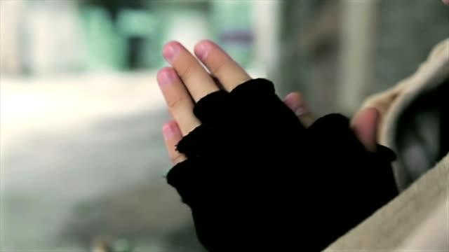 Obdachlose heizt seine Hände, Nahaufnahme