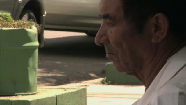 vidéos et rushes de homeless man begging on the street - action caritative et assistance