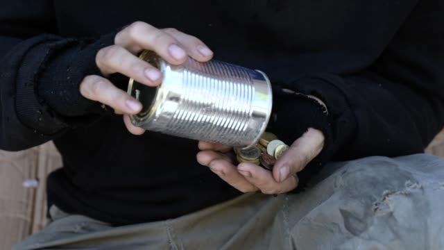 obdachloser mann zählt münzen - armut stock-videos und b-roll-filmmaterial