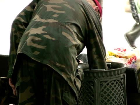 Obdachlos Mann sucht nach Essen in den Papierkorb