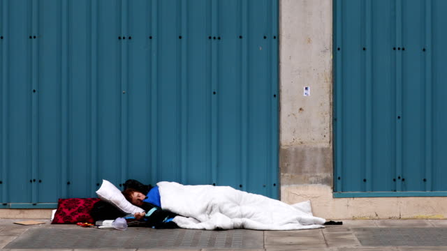 vídeos y material grabado en eventos de stock de homeless man sleeping in makeshift bed on a street near oxford street - sin techo