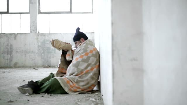 stockvideo's en b-roll-footage met dakloze man - dakloosheid