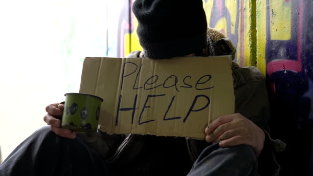 """DOLLY HD: Indigente """"sin techo"""" mendicidad para ayudar a"""