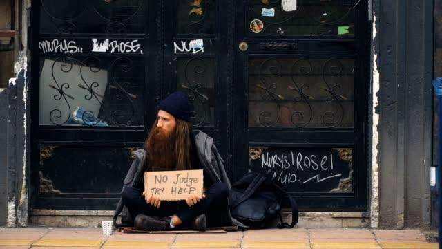 ホームレスの人たち「裁判官は助けようとしない」満員の路上で物乞いをしてみよう - 固定観念点の映像素材/bロール
