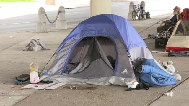 vídeos y material grabado en eventos de stock de homeless residents of new orleans under a highway overpass in new orleans, louisiana, usa on thursday, may 29, 2017. - tienda de campaña