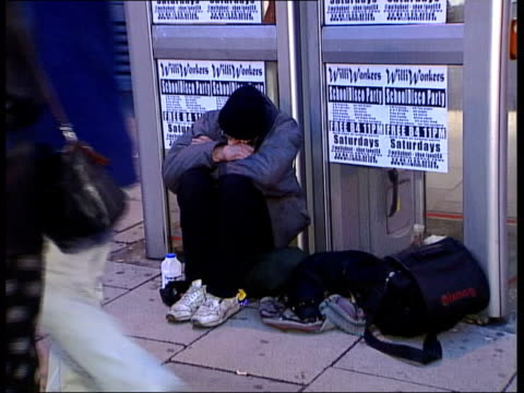 vídeos de stock, filmes e b-roll de homeless shelters open for christmas/big issue beggars row itn homeless people on street - mendigo