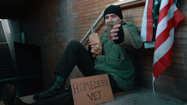 obdachloser kriegsveteran braucht spende - war stock-videos und b-roll-filmmaterial