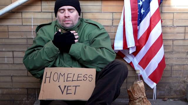 obdachloser kriegsveteran am kalten tag - war stock-videos und b-roll-filmmaterial