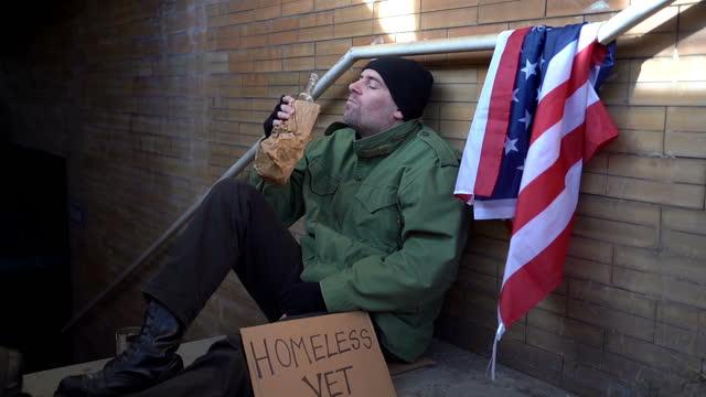 obdachloser kriegsveteran mit flasche alkohol - war stock-videos und b-roll-filmmaterial