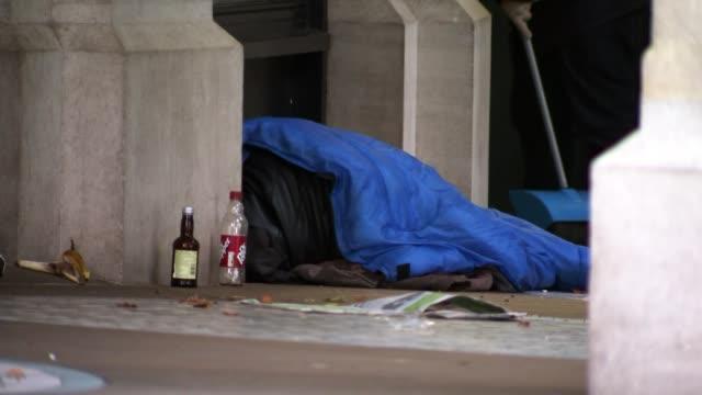 vídeos y material grabado en eventos de stock de homeless rates grow to 1 in 25 in parts of london r100817001 / 1082017 various shots of homeless people sleeping rough in doorways with sleeping bags... - sin techo
