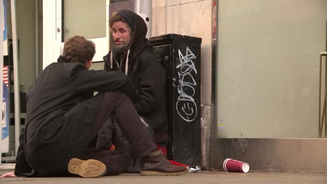 vídeos de stock, filmes e b-roll de number of rough sleepers more than doubles in 8 years england london ext homeless person lying in sleeping bag in alleyway homeless person sleeping... - mendigo