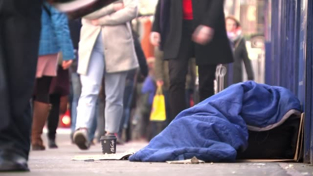 rough sleeper dies in westminster as growing numbers sleep on the streets; t250118034 / 25.1.2018 england: london: ext homeless person sleeping rough... - homelessness stock videos & royalty-free footage