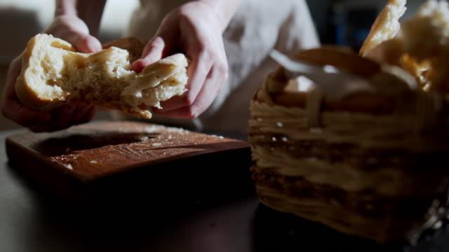 stockvideo's en b-roll-footage met zelfgebakken brood - stuk
