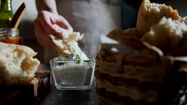 vídeos y material grabado en eventos de stock de pan casero - mojar