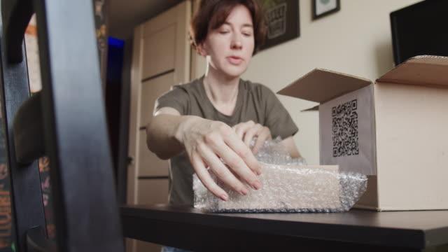 vídeos de stock, filmes e b-roll de pacote de cuidados caseiros - só uma mulher madura