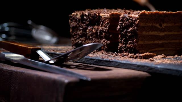 vídeos de stock, filmes e b-roll de café e bolo de chocolate caseiro - bolo
