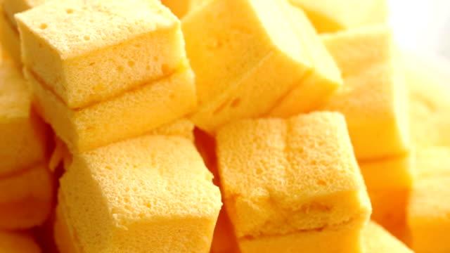 hausgemachte kuchen weich auf einem teller auf hochzeit empfang desserttisch. - kuchen stock-videos und b-roll-filmmaterial