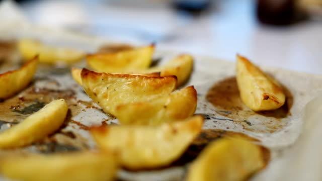 自家製フライドポテト。ポテトウェッジ、オーブン焼き - オーブンの天板点の映像素材/bロール