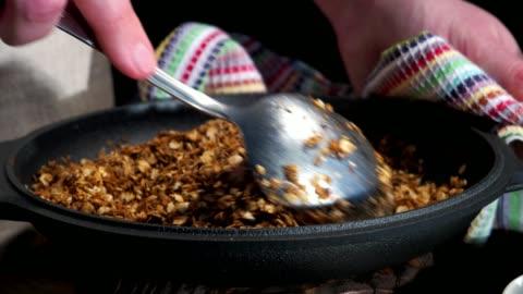 vídeos y material grabado en eventos de stock de elaboración de granola casera - sartén plana