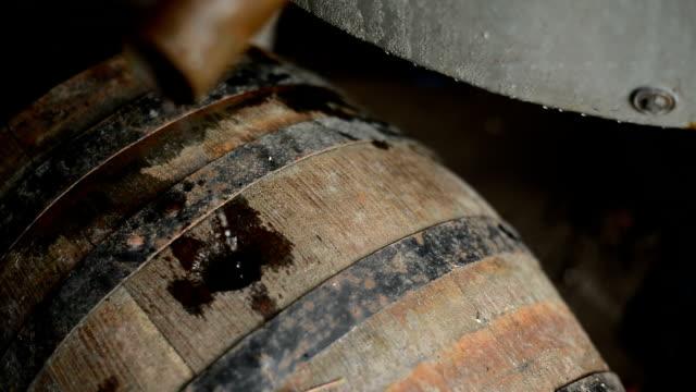 自家製密造酒 - ウォッカ点の映像素材/bロール