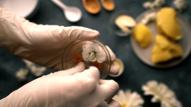 diy-自家製ナチュラルハンドクリームメイキング-ビタミン e カプセルの表示 - ゼラニウム点の映像素材/bロール