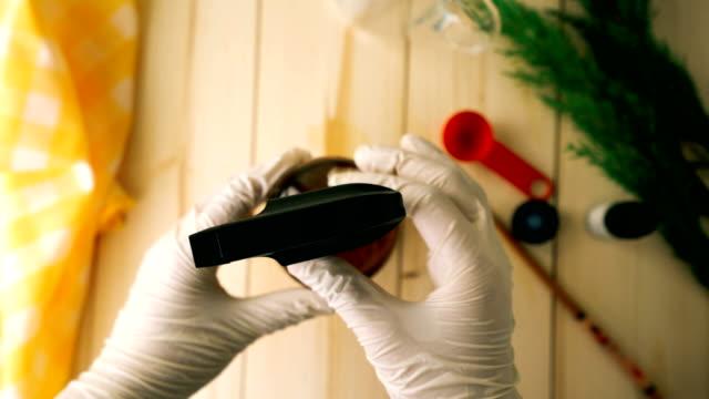 vidéos et rushes de spray de démaquillant biologique fait maison - bouchon de bouteille de pulvérisation de fermeture - shaking