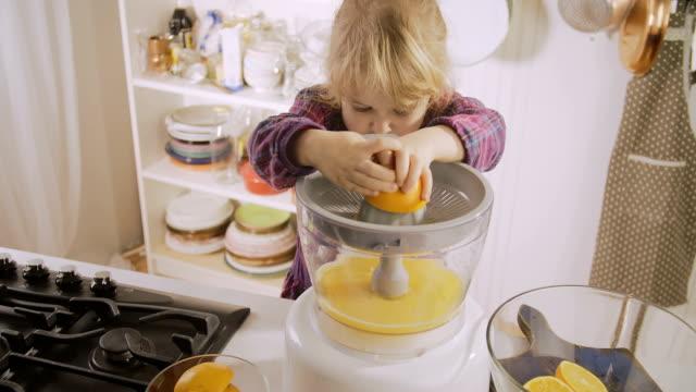 vídeos de stock e filmes b-roll de feito em casa sumo de laranja - sumo de laranja