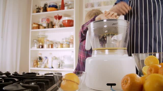 vídeos y material grabado en eventos de stock de jugo de naranja caseras - vitamina c