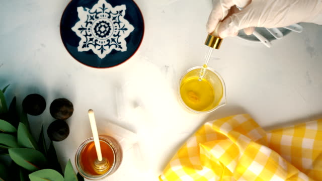 vídeos y material grabado en eventos de stock de diy álbano labial orgánico casero - aceite de canela cayendo de gota de aceite - miel