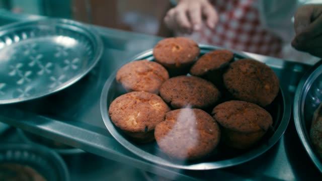 vídeos de stock e filmes b-roll de homemade pastry in bakery display - arranjo