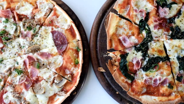 vídeos y material grabado en eventos de stock de pizzas caseras listas para comer - italian food
